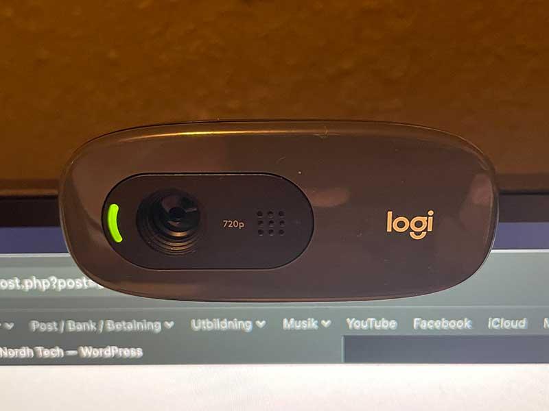 Logitech C270 täcker skärmen